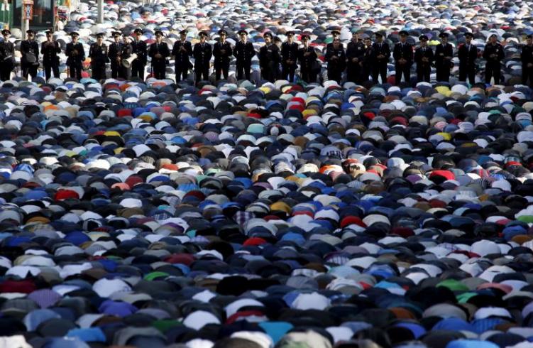 Muslimové před mešitou v Moskvě